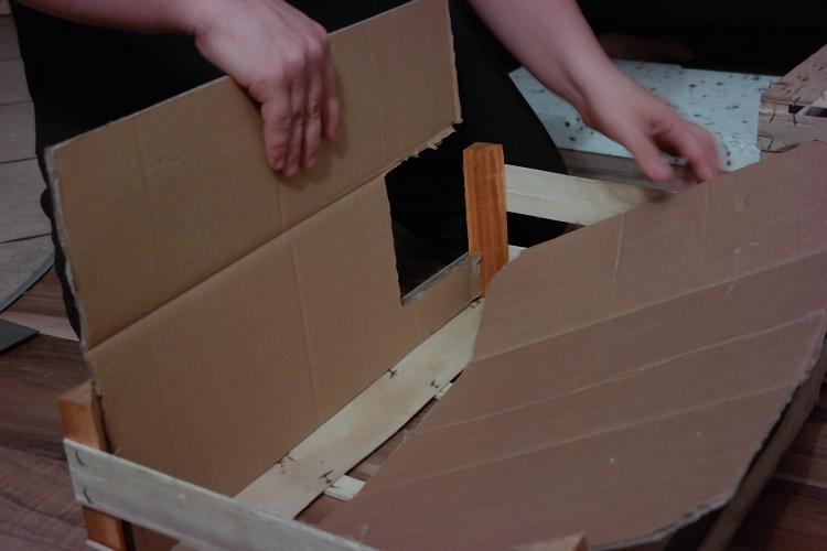Budka dla kotów - montaż podłogi i ściany przedniej